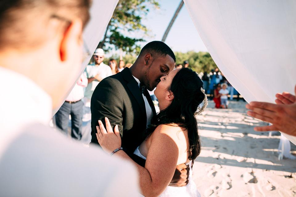 sposi innamorati sulla spiaggia cubana