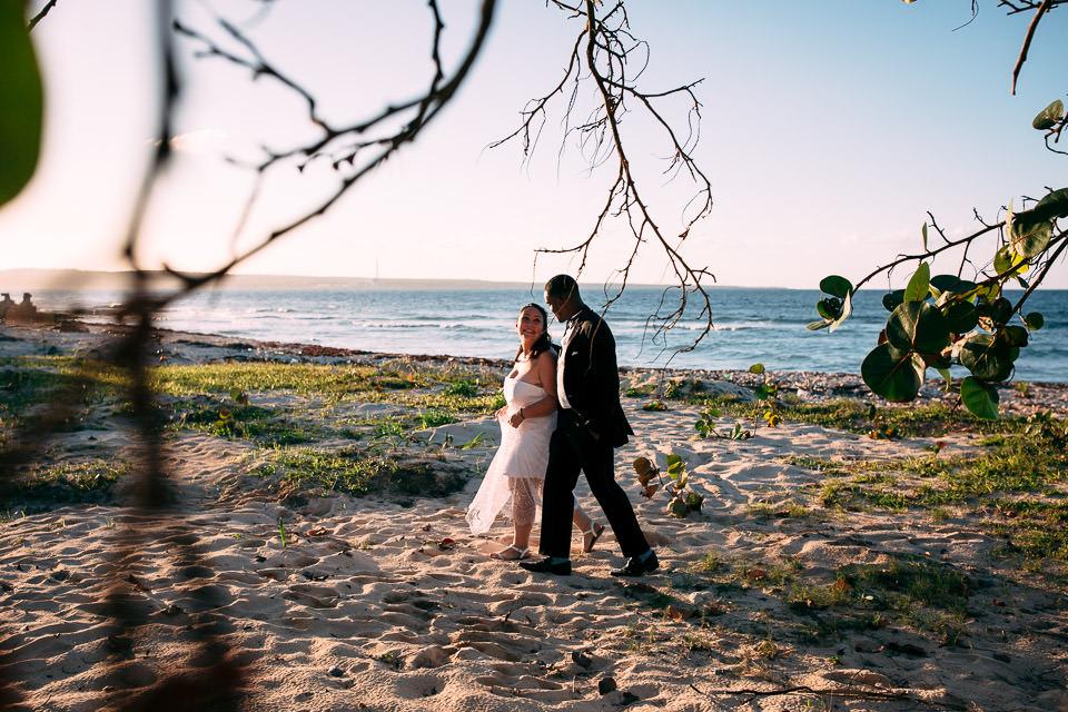 sposi su spiaggia incontaminata