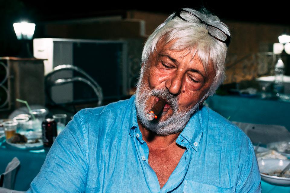 uomo bianco che fuma sigaro cubano