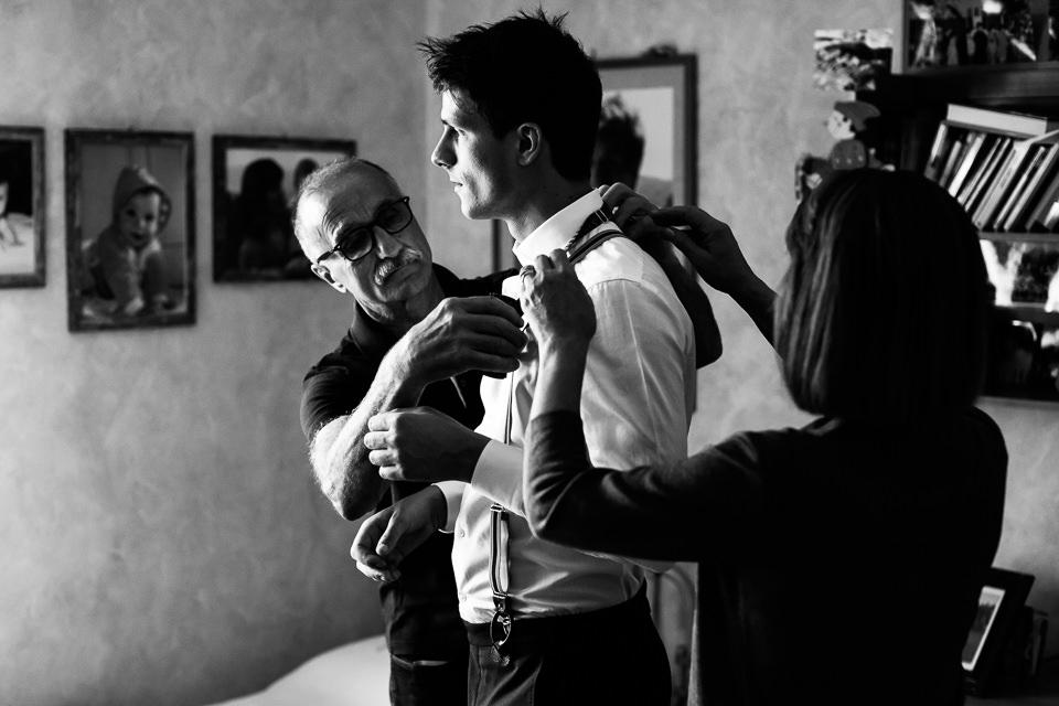 sposo che si veste il giorno del suo matrimonio