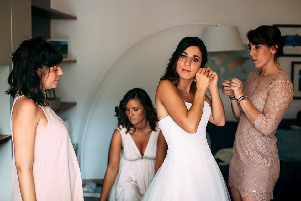 giovane sposa in abito bianco