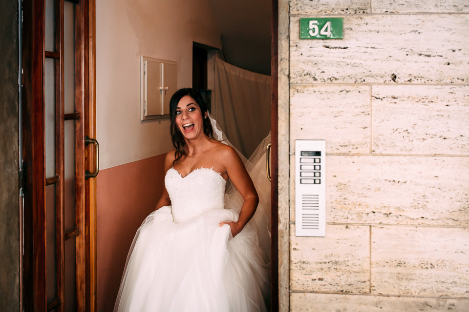 sposa divertita in abito bianco