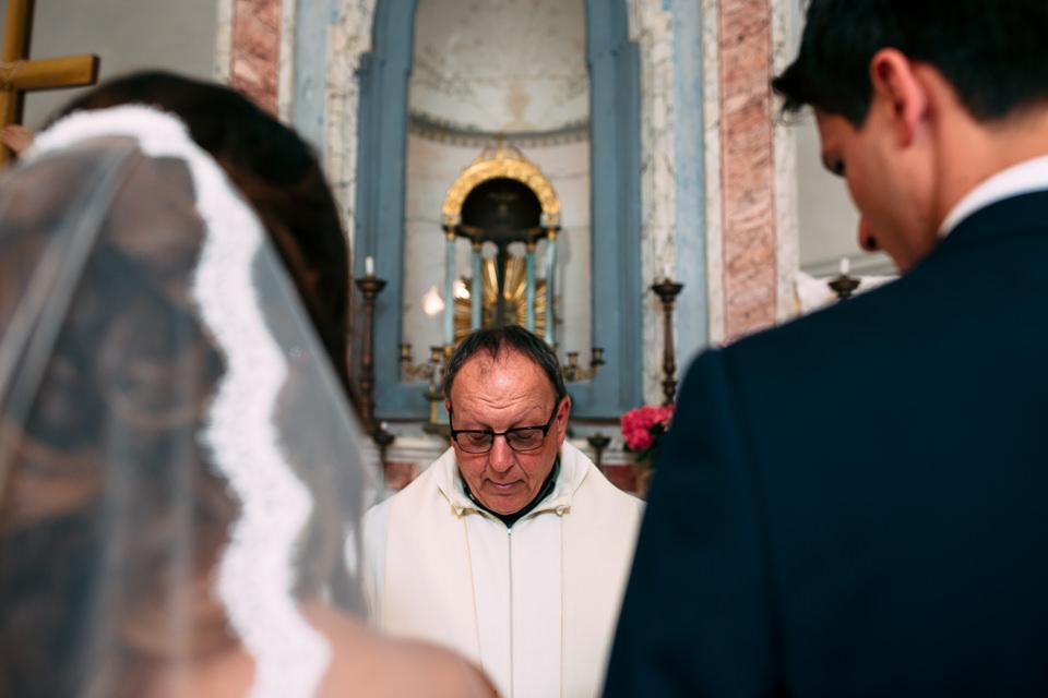 prete celebra un matrimonio