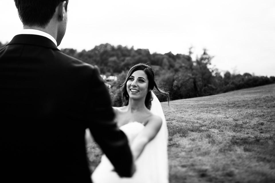 sposa sorridente durante i ritratti di coppia