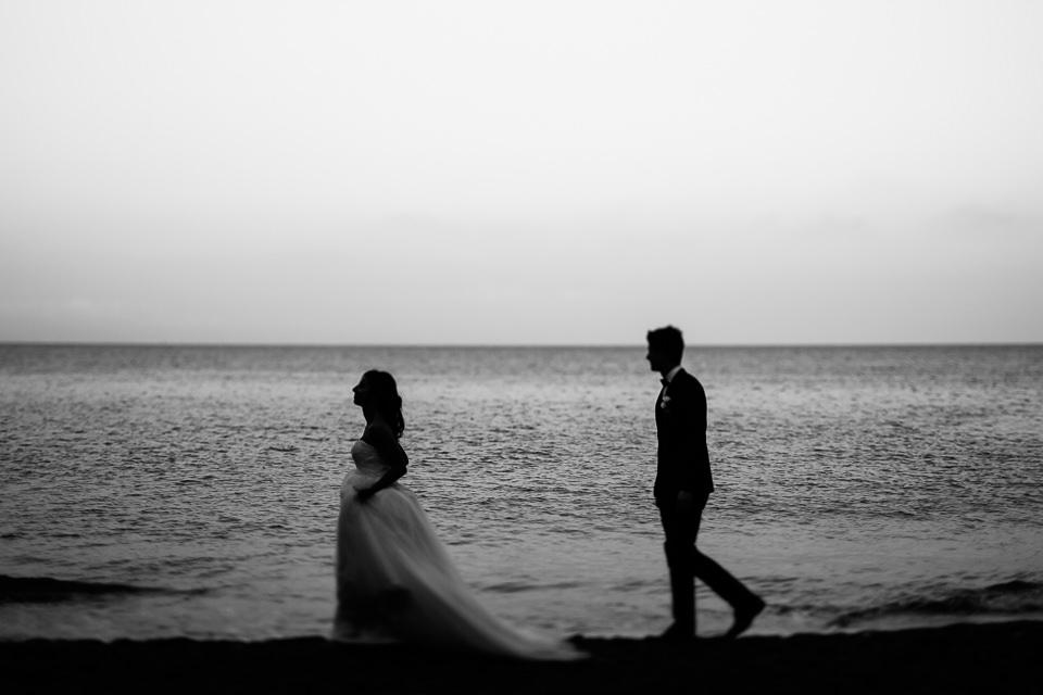 sposi camminano in passeggiata al mare