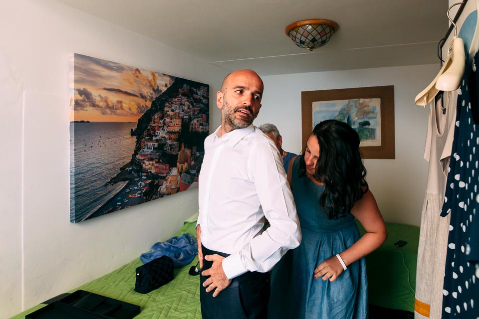 sposo indossa il suo abito dolce e gabbana a Positano