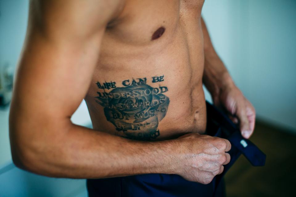 sposo tatuato sul costato