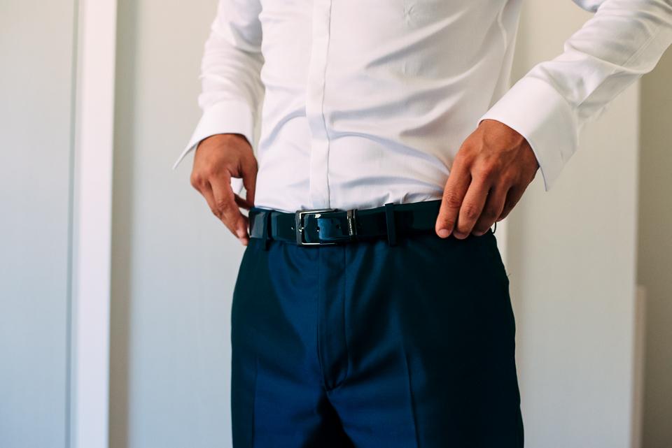 sposo in pantalone blu e camicia bianca