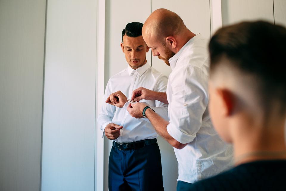 preparativi dello sposo in abito Pignatelli