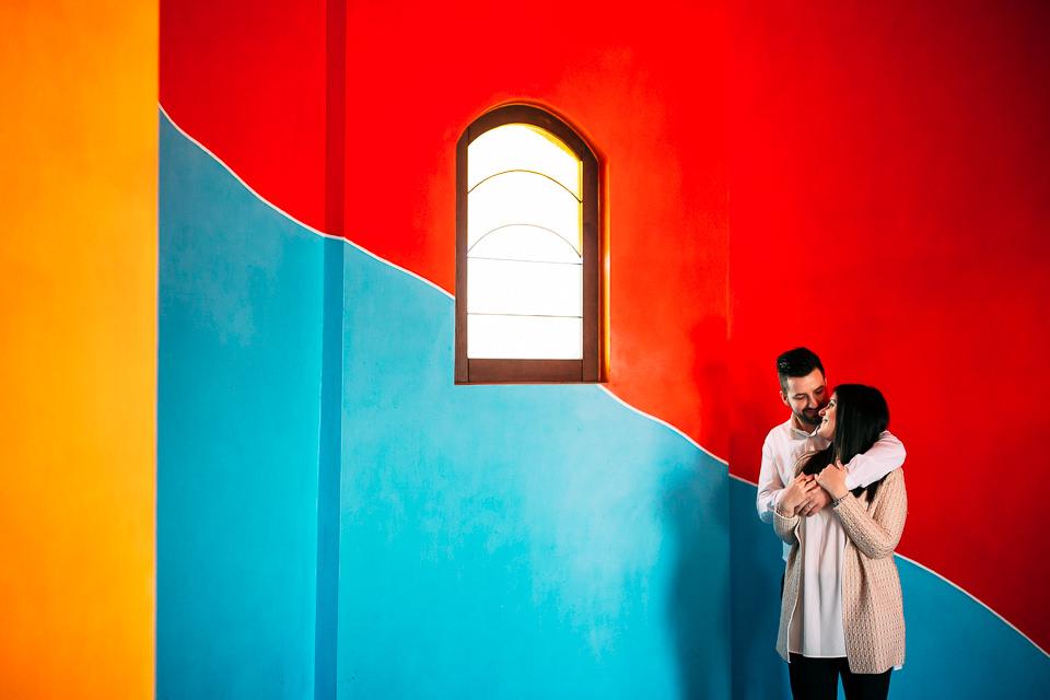 coppia di ragazzi posano nella capella del barolo, langhe