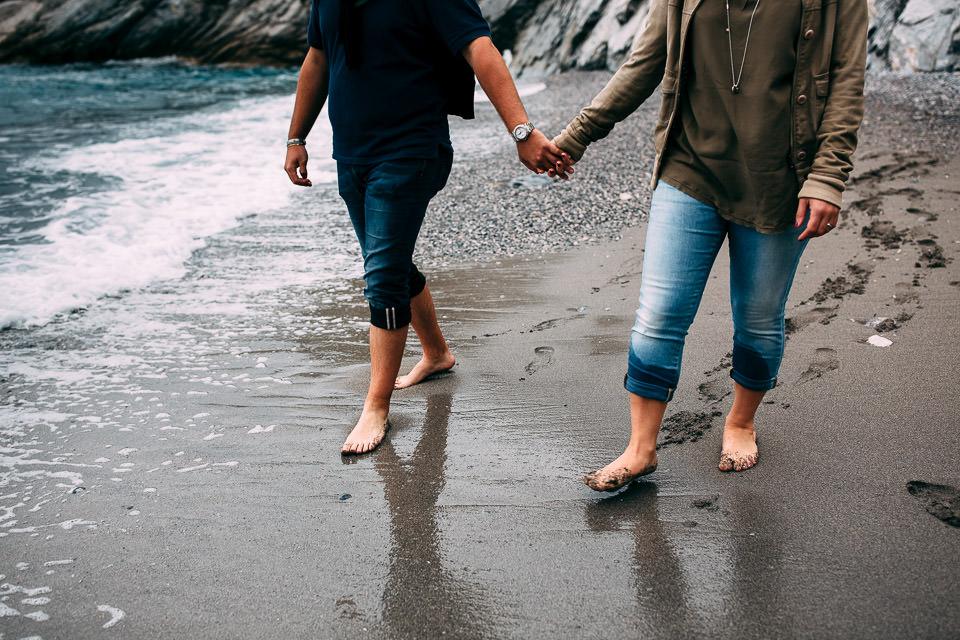 ragazzi camminano in riva al mare a settembre