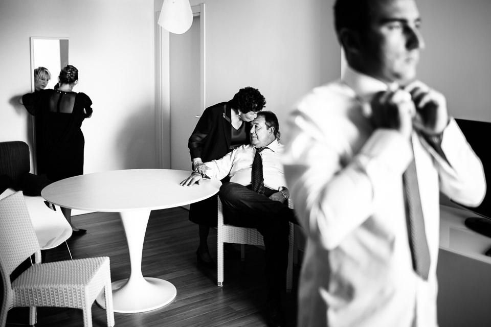 lo sposo e la sua famiglia durante i preparativi