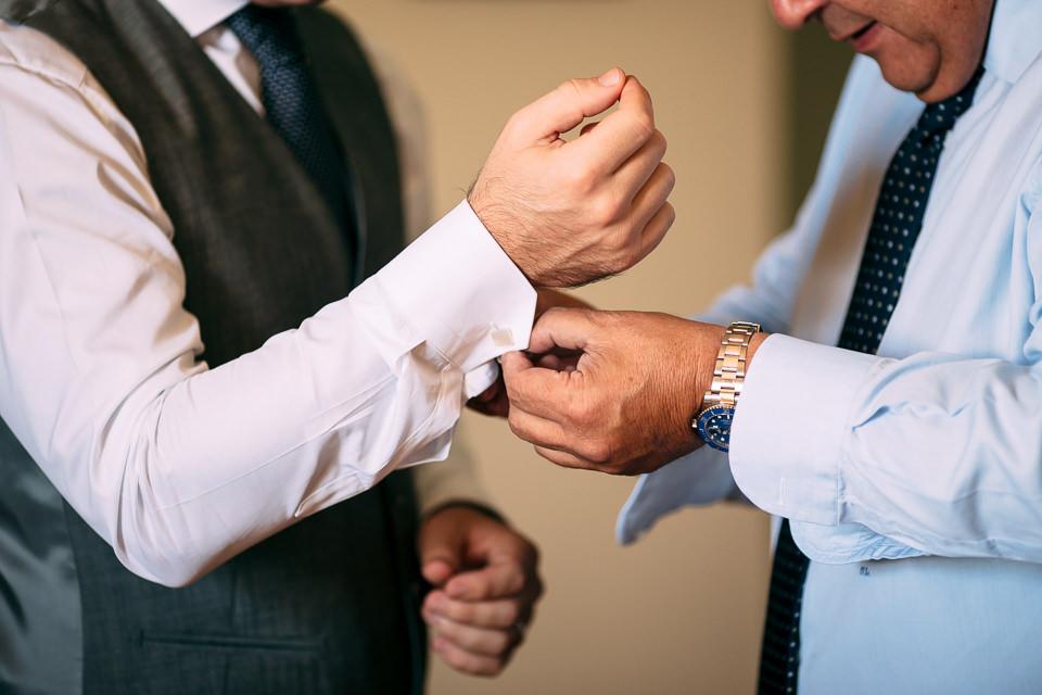 chiusura dei gemelli per lo sposo in camicia bianca
