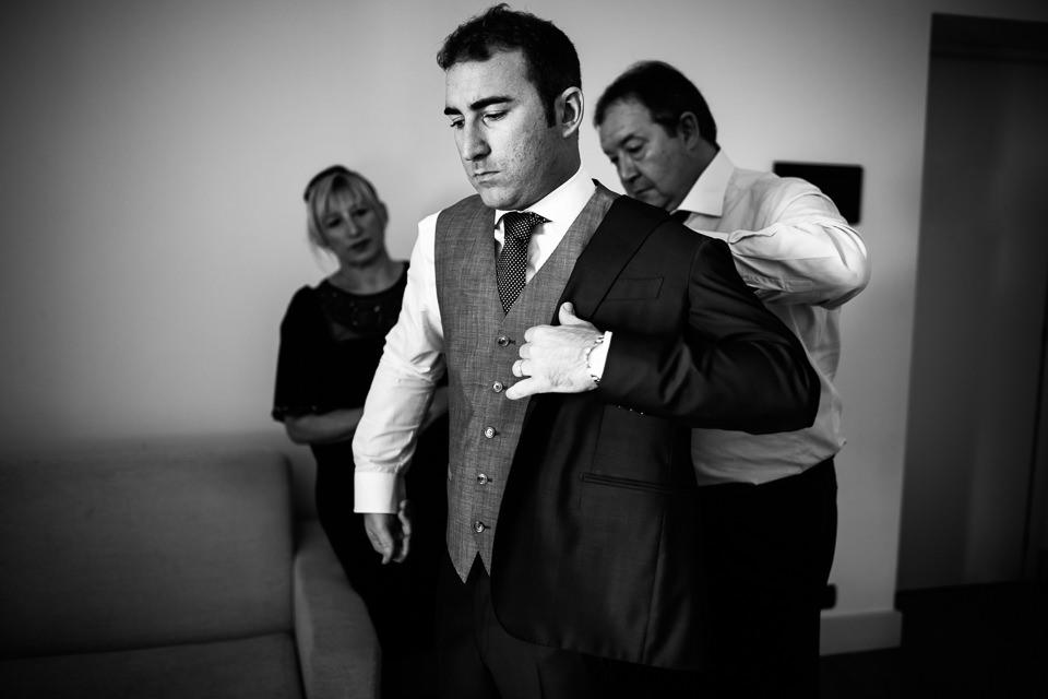 elegante abito da sposo con panciotto grigio
