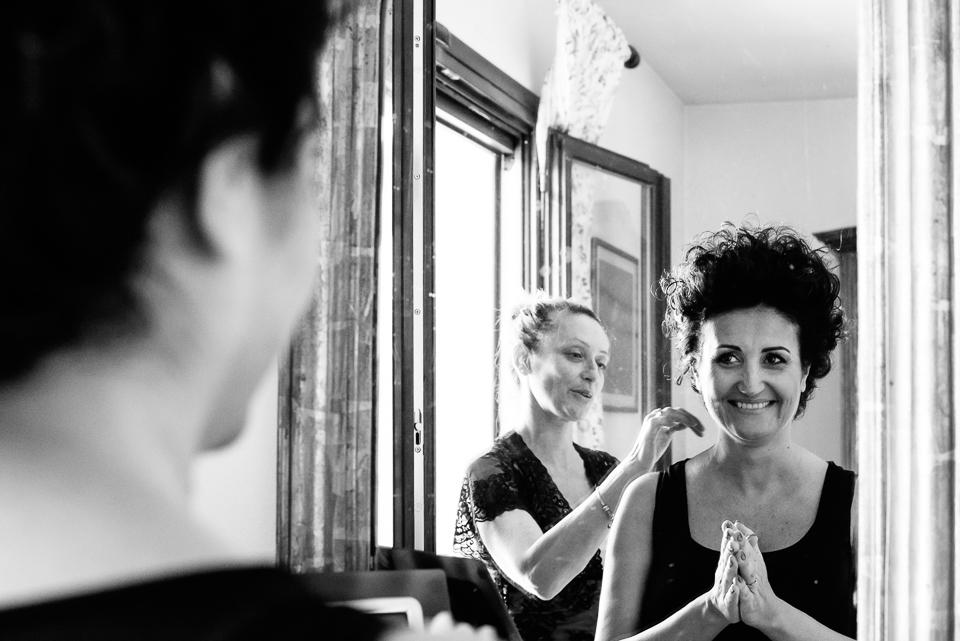sposa in toscana riflessa nello specchio