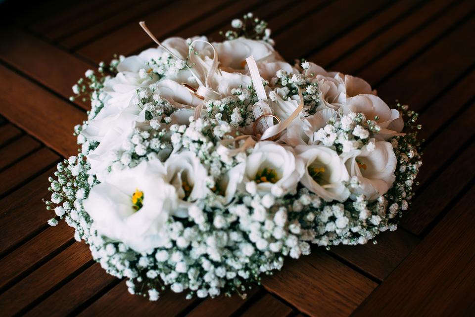 cuscino floreale bianco per le fedi nuziali in oro giallo, matrimonio in toscana