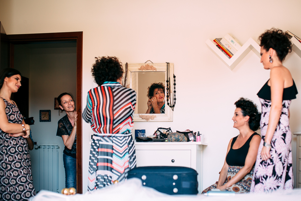 la sposa e la sua famiglia durante i preparativi, matrimonio in toscana