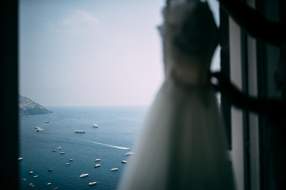 elegante abito bianco da sposa italiano con sotto vista sul golfo di Positano
