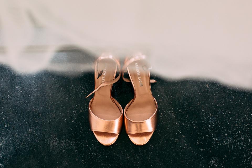 eleganti scarpe color oro per sposa, matrimonio in costiera amalfitana