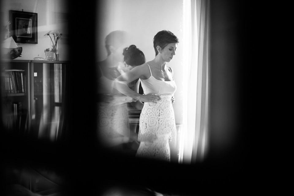 vestizione sposa in abito vintage bianco
