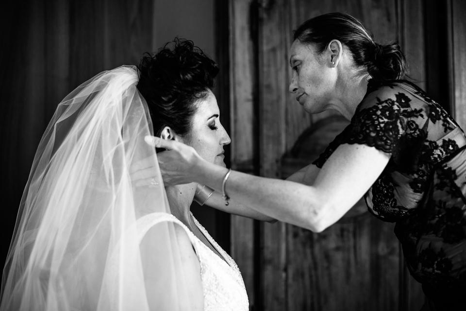 velo bianco da sposa per un matrimonio in toscana