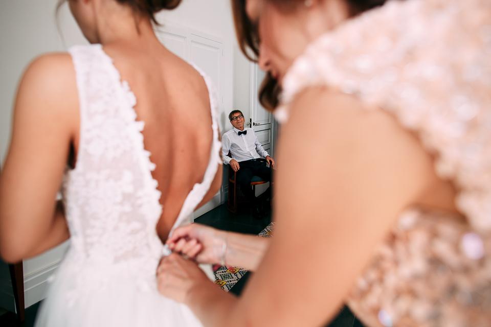 la vestizione della sposa in abito bianco a positano, villa magia