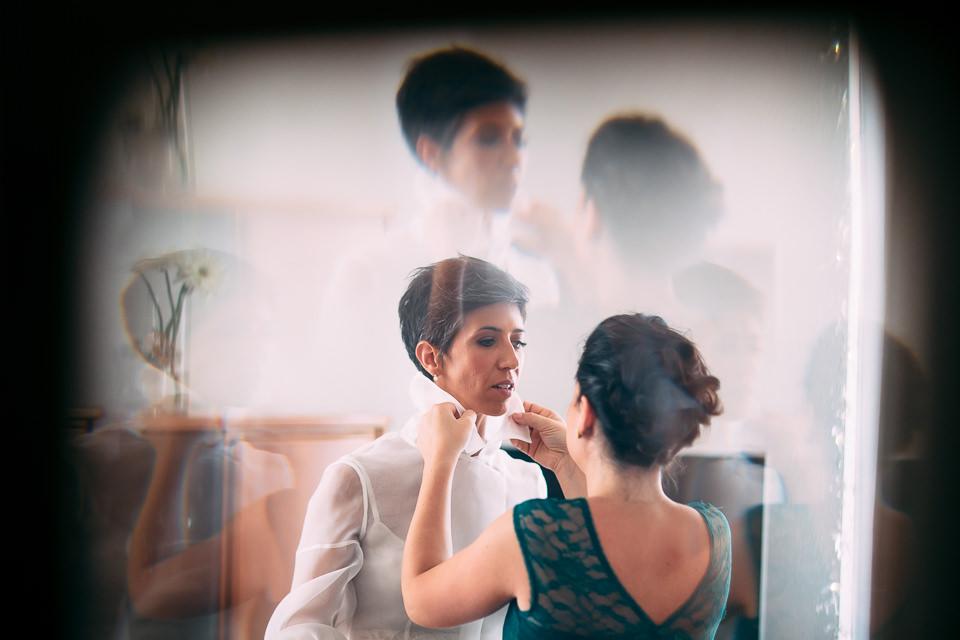 camicia della sposa con colletto bianco