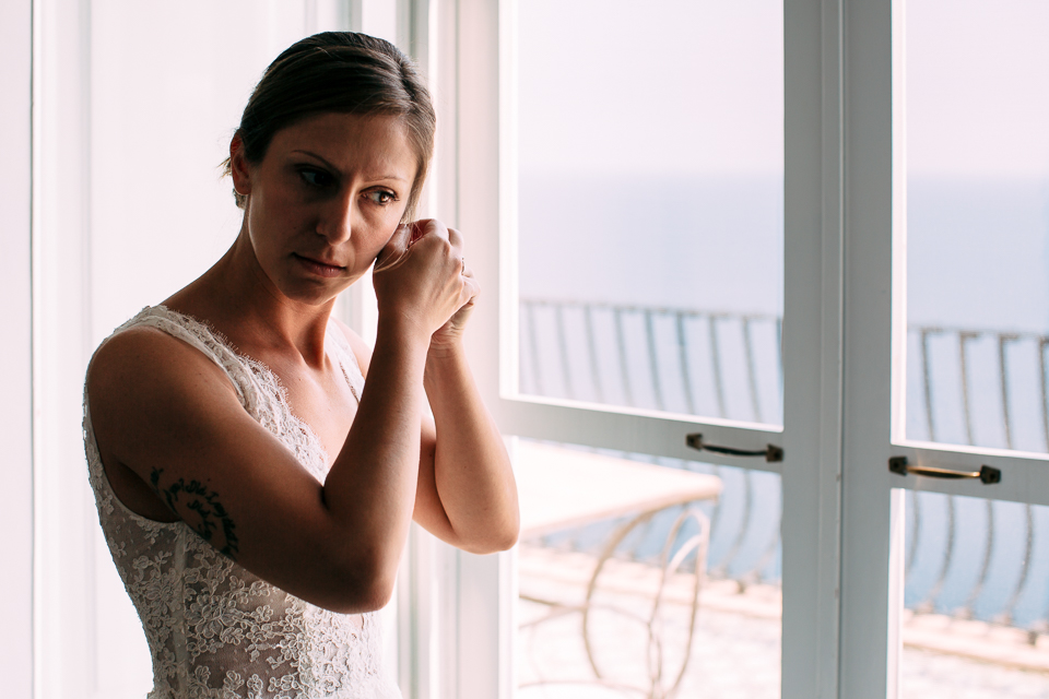sposa in elegante camera di albergo a positano si prepara al matrimonio