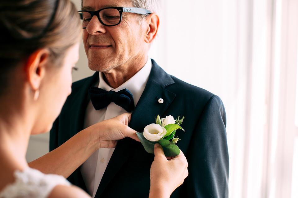 bottoniera floreale in rose bianche per il papà della sposa