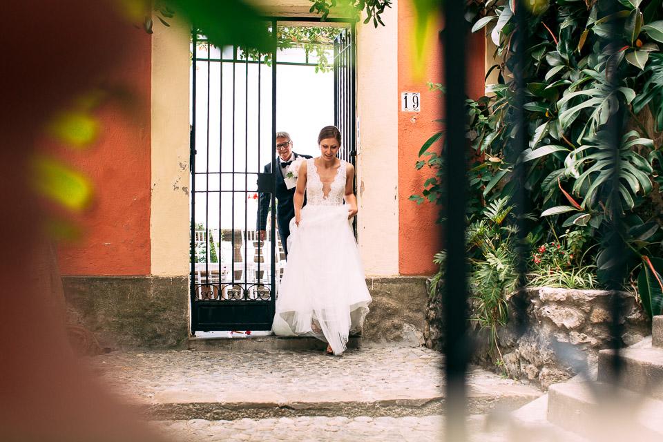 elegante sposa in abito bianco esce da villa magia di positano, costiera amalfitana