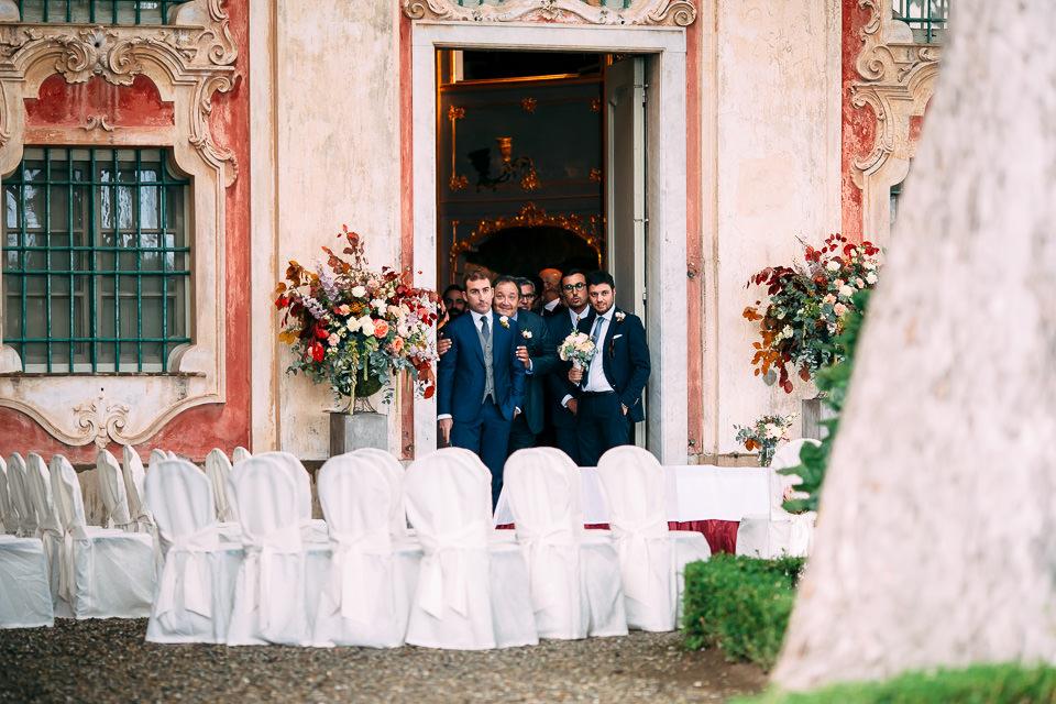 sposo attende la sposa in villa faraggiana