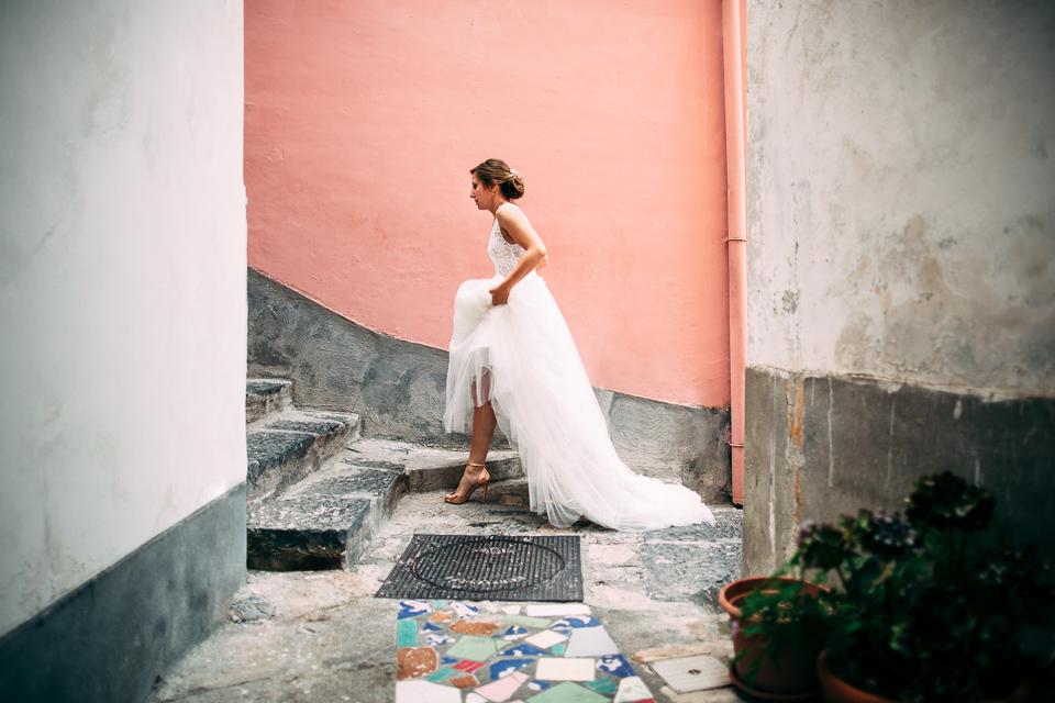 elegante sposa in abito bianco cammina per positano