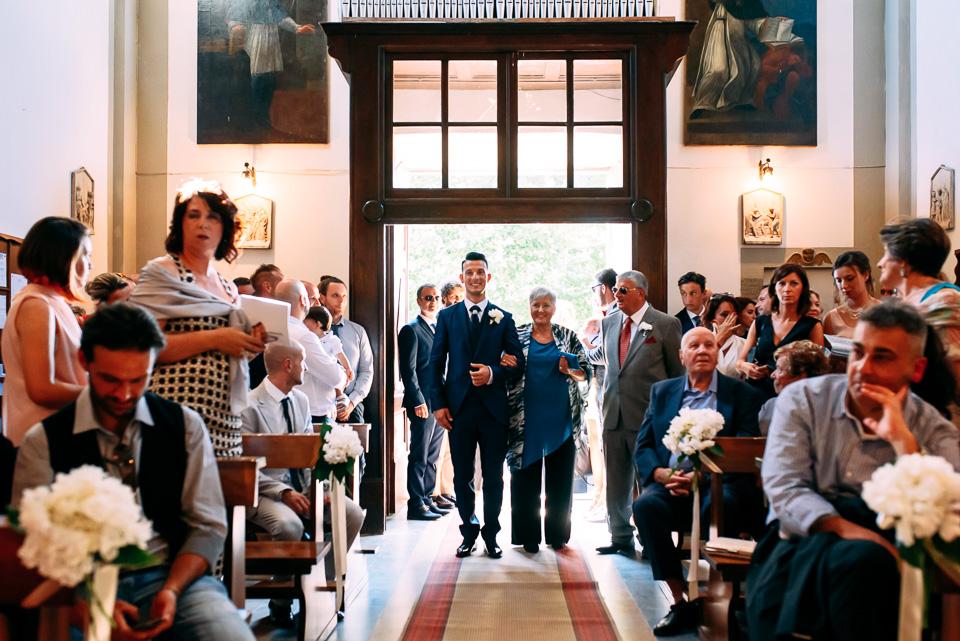 ingresso in chiesa dello sposo in abito blu