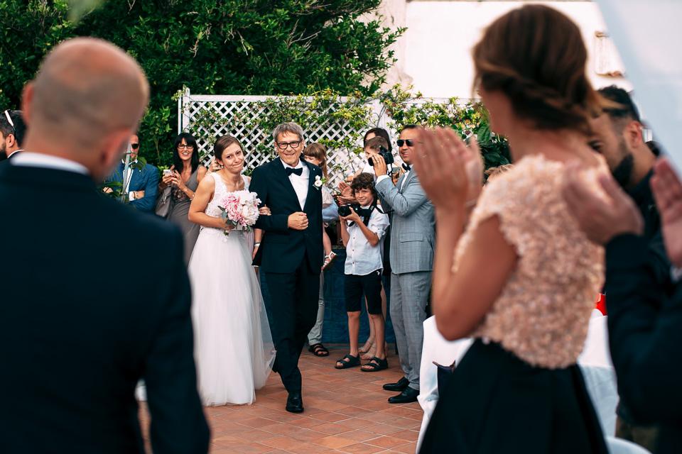 sposa emozionata nel comune di positano