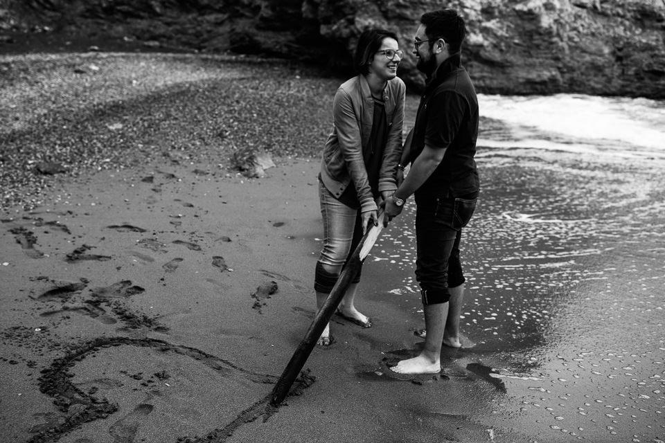coppia di fidanzati in riva al mare