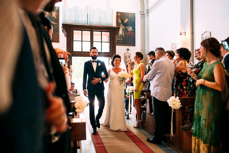 sposa incinta fa il suo ingresso in chiesa