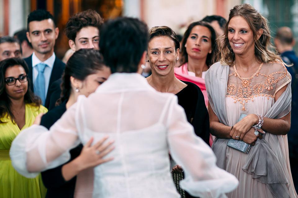 eleganti amiche della sposa in villa faraggiana