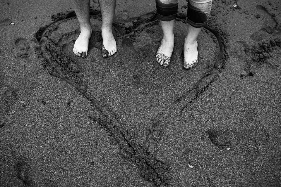 piedi nudi in riva al mare dentro un cuore