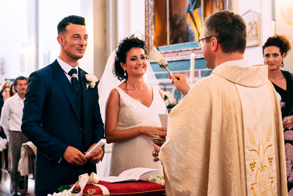 benedizione del prete agli sposi, matrimonio in toscana