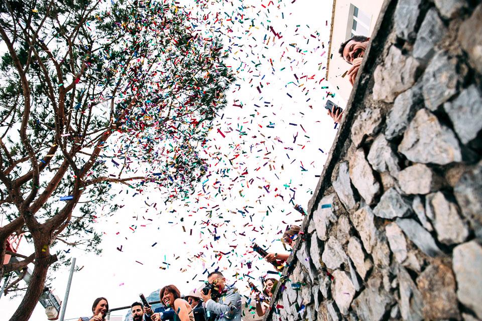 lancio di coriandoli colorati a matrimonio positano