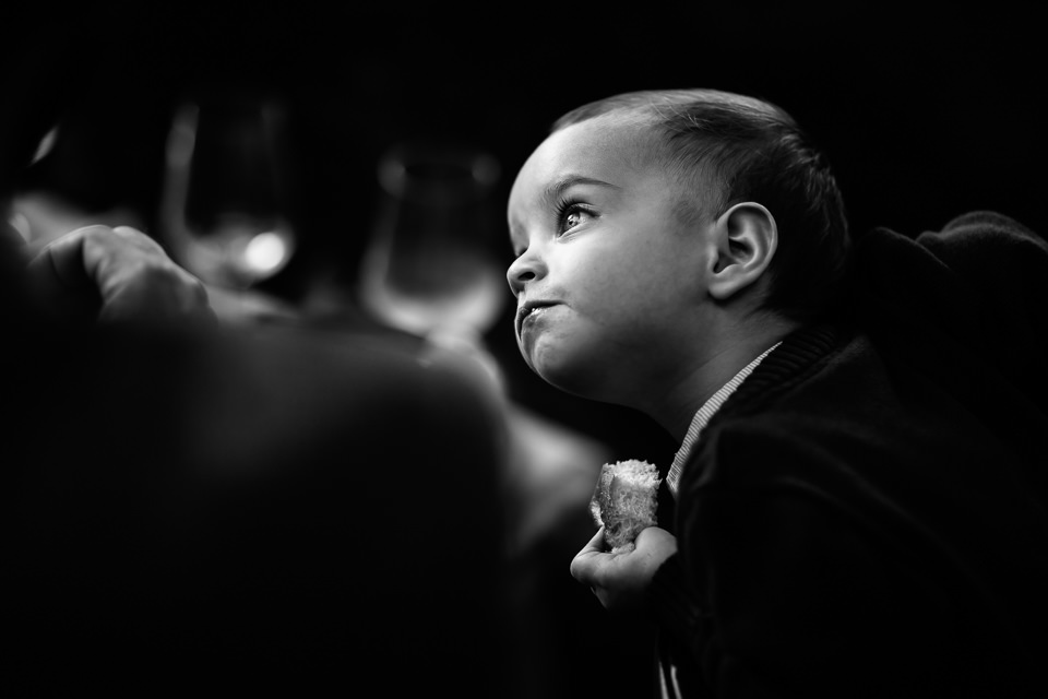 bambino mangia la focaccia