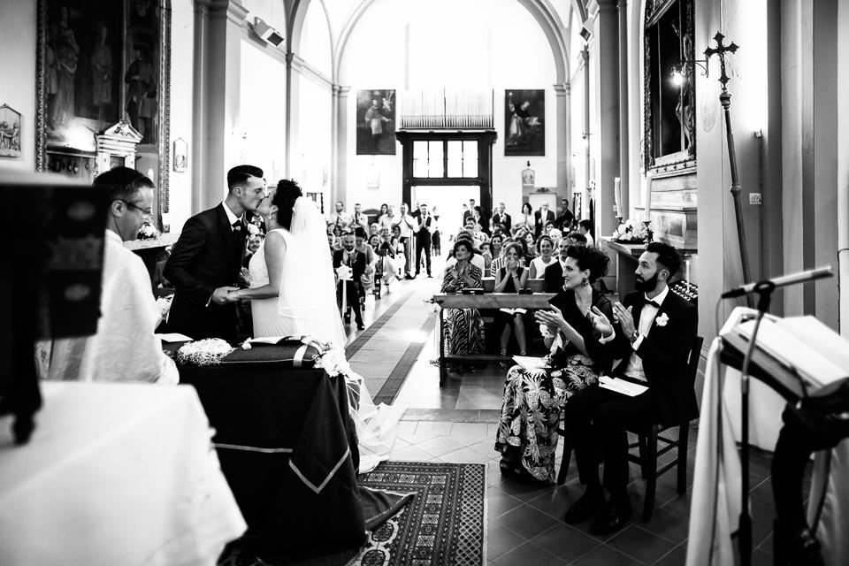 bacio novelli sposi in chiesa dopo lo scambio degli anelli