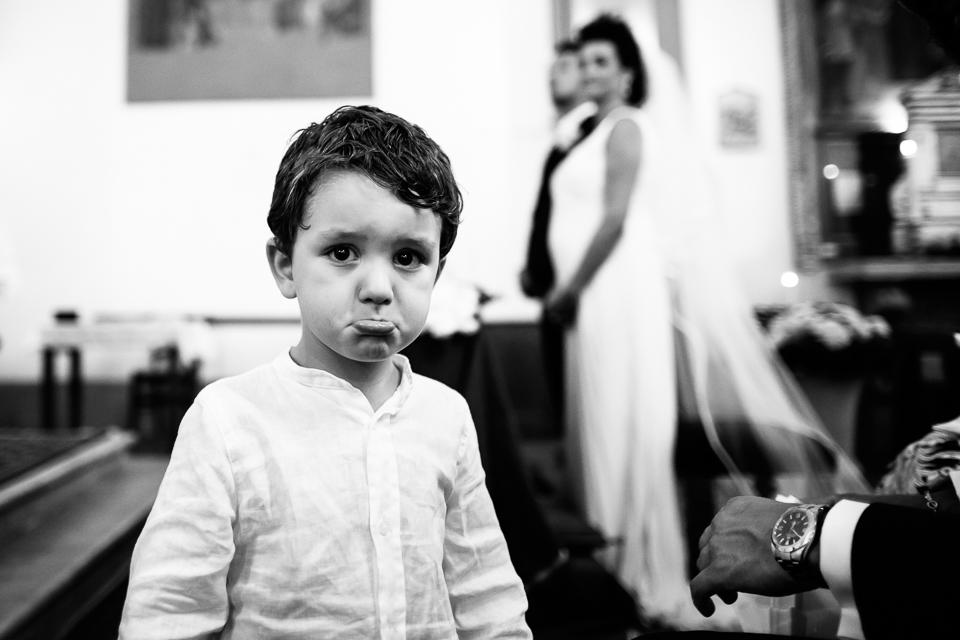 bambino fa i capricci durante un matrimonio in toscana
