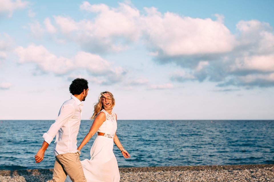coppia di fidanzati corre sulla spiaggia di spotorno, savona