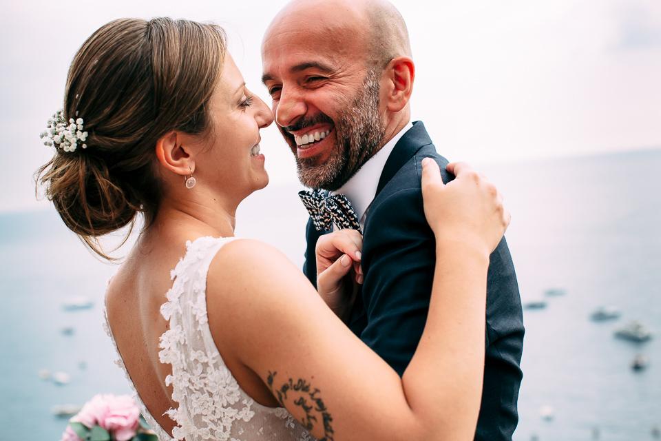 coppia innamorata di sposini a positano, costiera amalfitana
