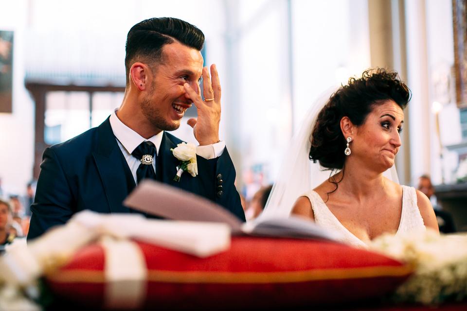 lo sposo scherza all'altare in toscana
