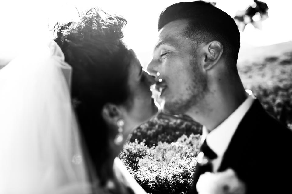 bacio tra due sposi in toscana