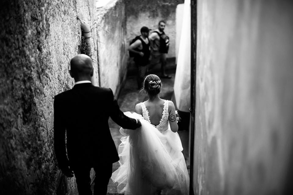 coppia di sposini camminano per le vie di positano