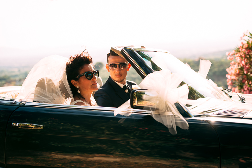 sposi in toscana su automobile cabriolet blu