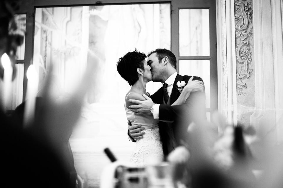 appassionato bacio durante la cena di matrimonio in villa faraggiana